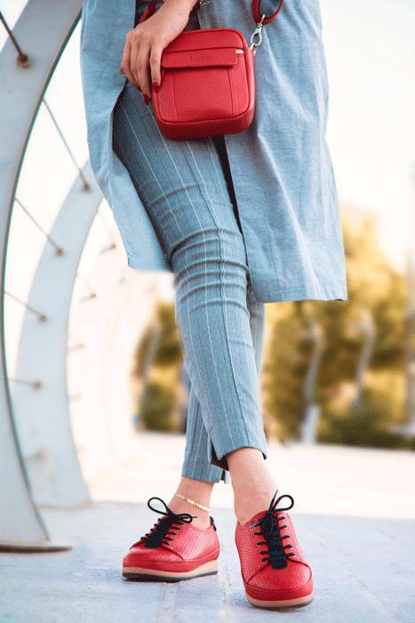 رنگ های شاد و جیغ یکی از بهترین انتخاب ها در هنگام خرید کفش اسپرت هستند