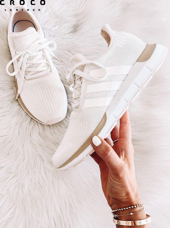 تمیز کردن کفش کتونی سفید یکی از سخت ترین کارهاست